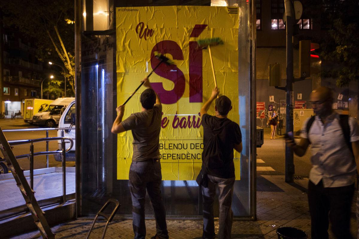 Сторонники запрещенного референдума расклеивают плакаты